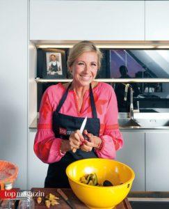 Andrea Kiewel schneidet die Zwetschgen für den Nachtisch