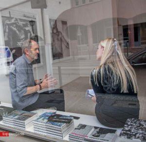 Anton Corbijn im Gespräch mit Top Magazin-Redakteurin Annika John in der Galerie Anita Beckers