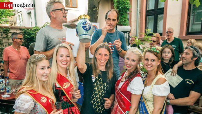 Jörg Markloff mit Siegerbembel und den Apfelweinköniginnen