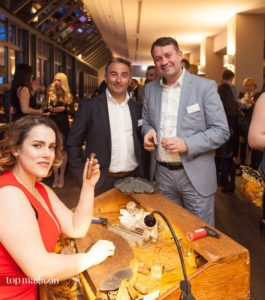 Gina Alessandra Marquardt Mercedes von der Mercedes Reyes Zigarrenlounge präsentiert die frisch gedrehte Zigarre.