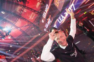 Commerzbank-Arena-Chef Patrik Meyer feiert seinen Preis für die Arena des Jahres.