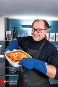 Stolz holt Markus Majowksi seine Thunfischlasagne aus dem Ofen.