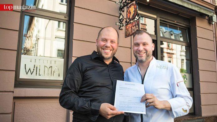 Graf Solms und Michael Riemenschneider mit dem Kaufvertrag