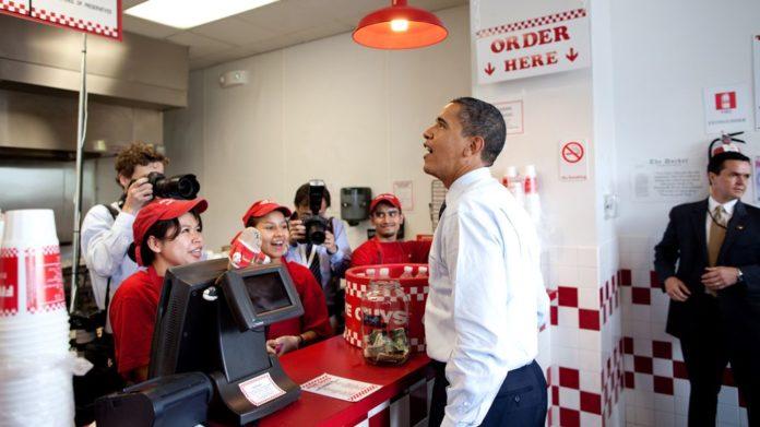 Barack Obama 2009 beim Bestellen in einer Five Guys-Filiale in Washington
