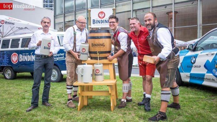 Das Team des Frankfurter Oktoberfest - Braumeister Peter Winter mit Binding-Vorstand Otto Völker, Patrick Hausmann, Kai Mann und Dennis Hausmann