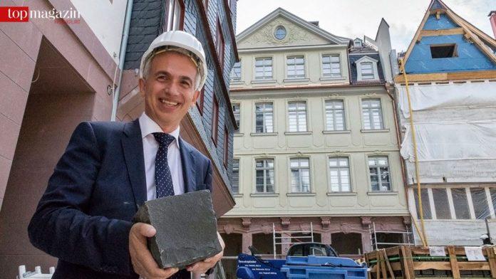 Oberbürgermeister Feldmann präsentiert das neue Altstadtpflaster.