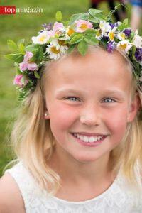 Blumen im Haar - Tradition bei der Midsommarfeier