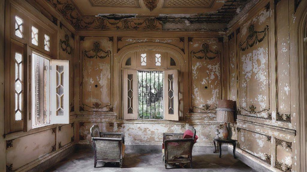 """""""Als wären zwei Menschen, die hier gesessen und diskutiert haben, gerade aufgestanden: So fühlte es sich an, als ich diesen Raum im Haus von Savreda betrat. Ich fotografiere immer den Originalzustand, verändere nichts"""""""