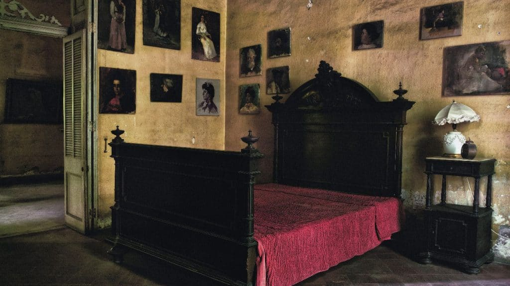 """""""Die Bilder an der Wand im Haus von Mercedes haben mich sehr fasziniert. Gemalt hat sie die Schwester von Mercedes. Das Haus liegt im modernen Stadtteil Vedado"""""""