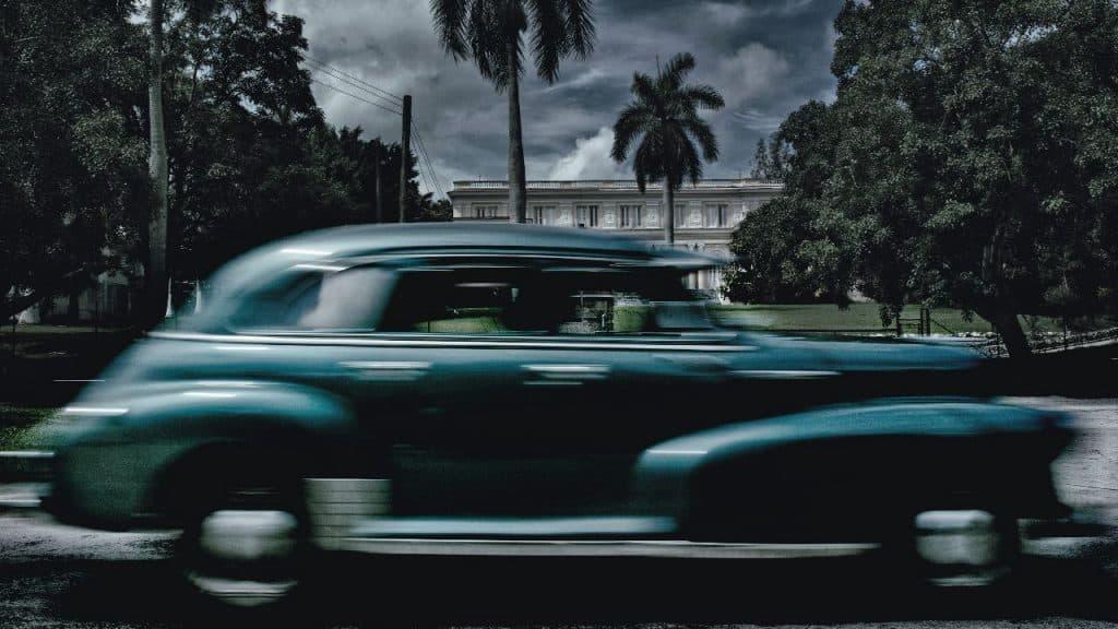 """""""In der schmucken Villa im Hintergrund des vorbeirollenden Wagens werden die berühmten kubanischen Zigarren Cohiba gerollt. Fidel Castro wusste die Qualität zu schätzen und ließ die Zigarren eigens für sich herstellen"""""""