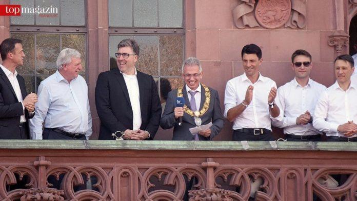 Die Führungsriege der Eintracht feiert mit Volker Bouffier und Peter Feldmann auf dem Römerbalkon.
