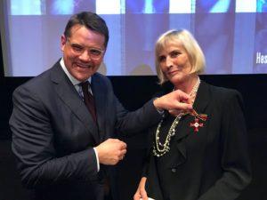 Kunst- und Kulturminister Boris Rhein überreicht Claudia Dillmann das Bundesverdienstkreuz am Bande