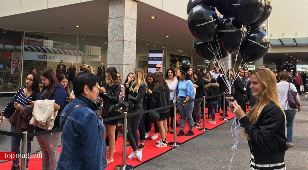 Roter Teppich und Teenie-Schlange vor der Eröffnung von Sephora in der Galeria Kaufhof im MTZ