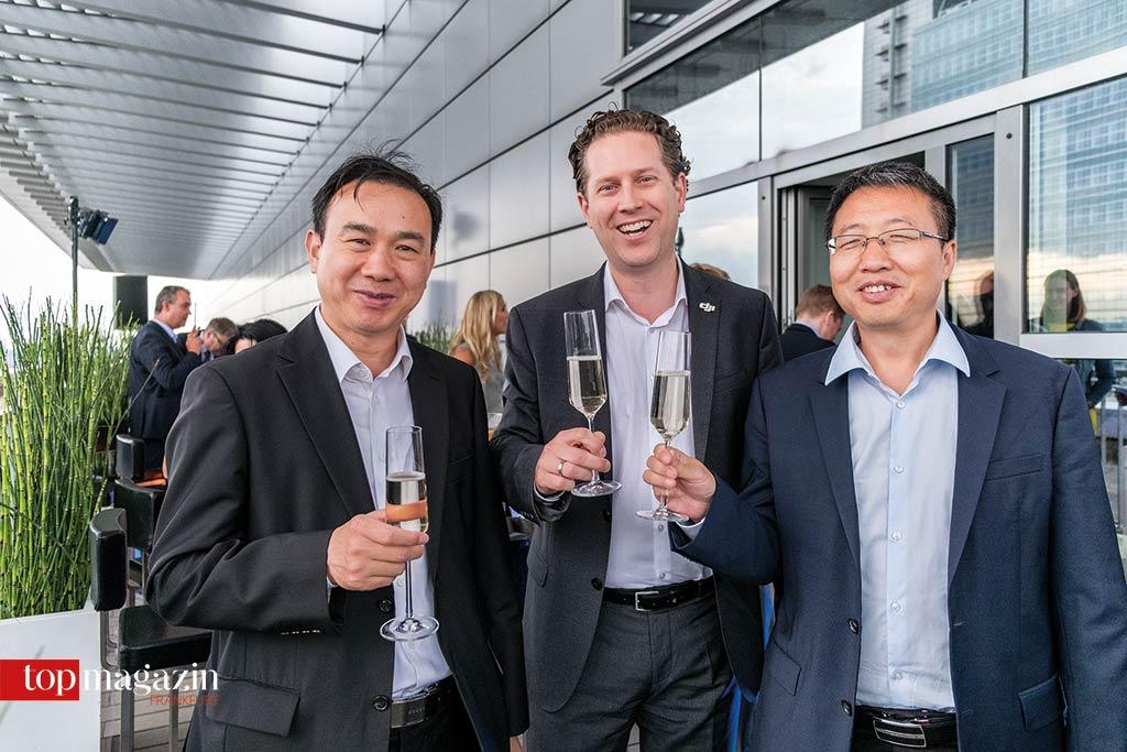 Yinji Yang (Generalkonsulat China) mit Martin Brandenburg (Europadirektor DJI) und Zhu Weige (Generalkonsulat China)