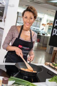 Dominique Siassia brät das Krebsfleisch an.