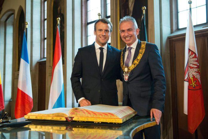 Emmanuel Macron und Peter Feldmann beim Eintrag ins Goldene Buch der Stadt Frankfurt (Foto Heike Lyding)
