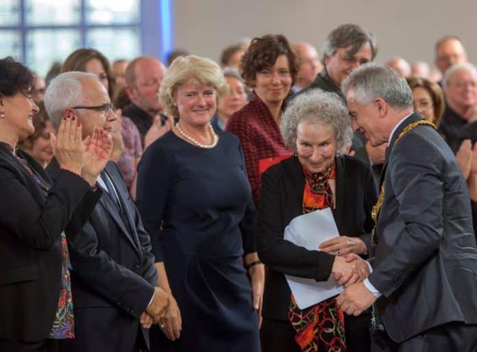 Heinrich Riethmüller, Vorstand des Börsenvereins, Staatsministerin Monika Grütters, Autorin Eva Menasse, Preisträgerin Margaret Atwood, OB Peter Feldmann