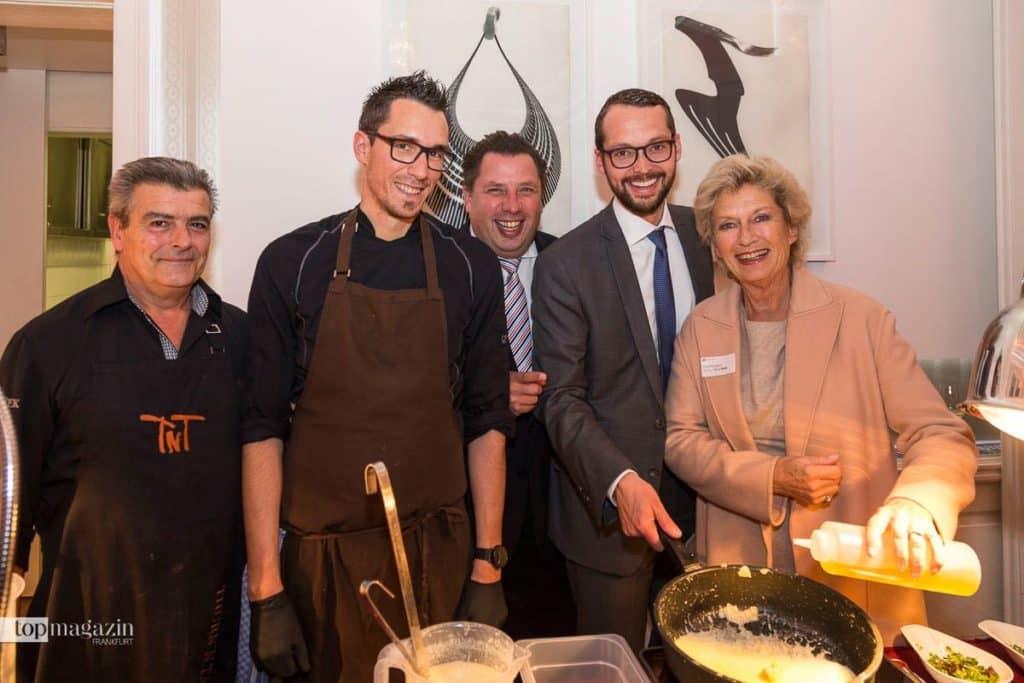 Kulinarische Koalition - das Küchenteam mit dem Frankfurter Stadtverordnetenvorsteher Stephan Siegler, Stadtrat Jan Schneider und Frankfurts Ehrenbürgerin Dr. h.c. Petra Roth