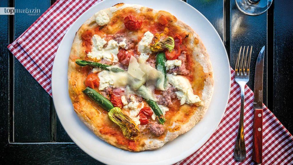 """Pizza """"Nonno Beppo"""" mit frischer Salsiccia, Zucchiniblüten und Frischkäse bei """"Scialpi"""""""