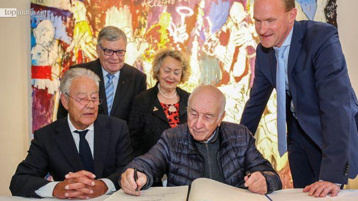 Armin Mueller-Stahl trägt sich ins Goldene Buch der Stadt Bad Soden ein.