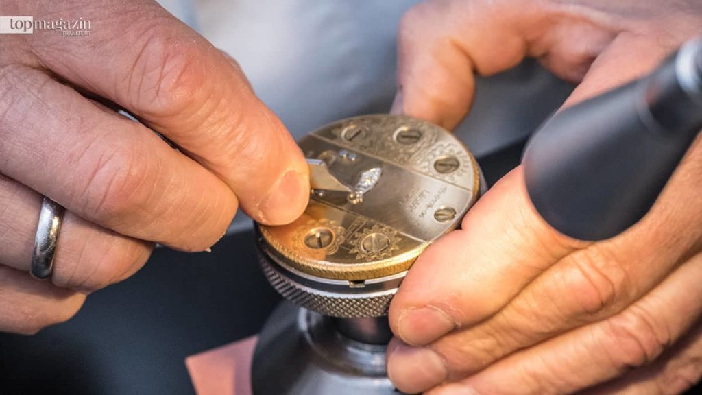 Ein Uhrmacher von A. Lange & Söhne bei der Arbeit