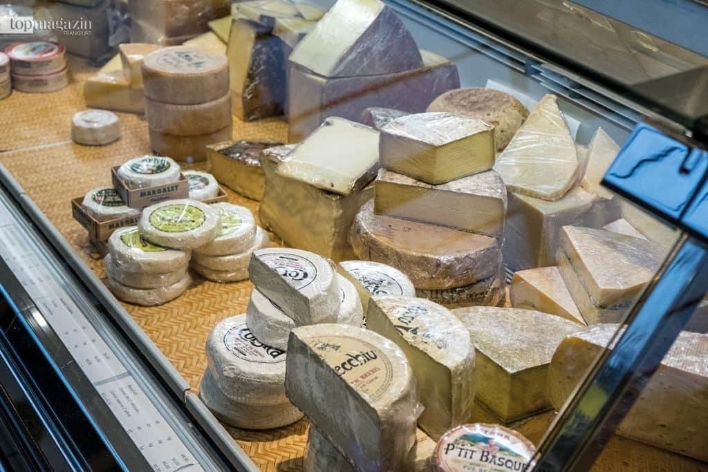 Käse, so weit das Auge reicht - in der Auslage von Käse-Thomas