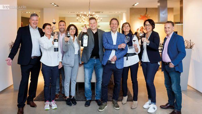 Poggenpohl Frankfurt-Geschäftsführer Manfred Amrhein (1. v.l.) und Weinhändler Ulrich Klein (4. v.r.) mit ihren Gästen