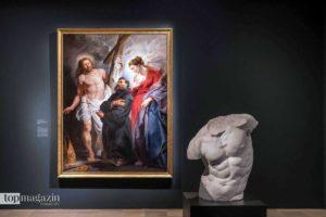 Die Körperhaltung des Christus in Rubens Werk 'Der heilige Augustinus zwischen Christus und der Jungfrau' orientiert sich an dem Torso einer antiken Statue.