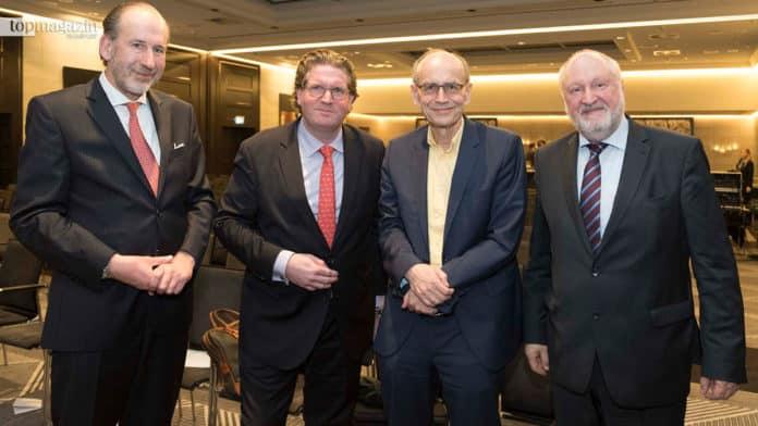 Richard von Bergmann-Korn mit Gastgeber Thomas Kremer, Keynote-Speaker Prof. Dr. Thomas Südhof und Moderator Werner D'Inka