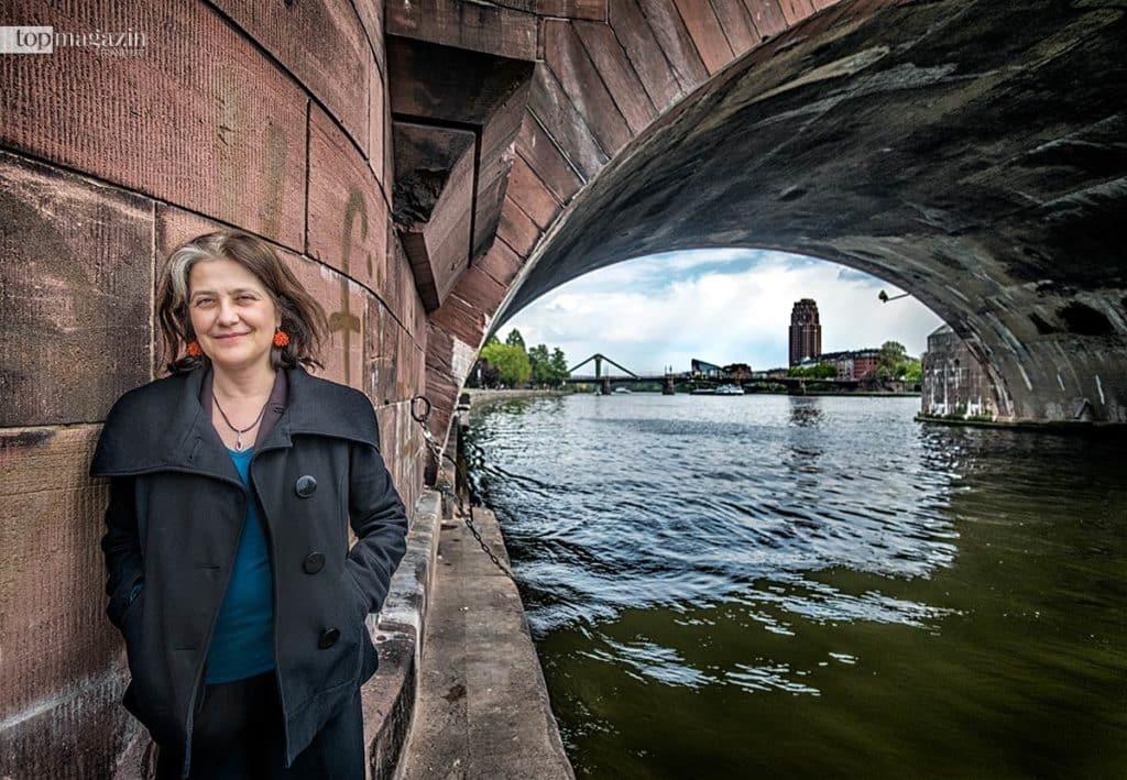 Rosa Ribas unter der Alten Brücke
