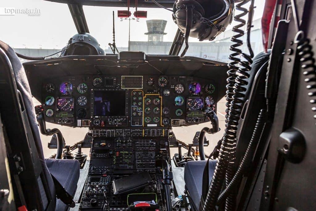 Zwei Piloten und ein Flugtechniker finden im Cockpit des Super Puma Platz