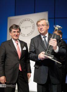 2009 - Dr. Nader Maleki verleiht Jean-Claude Juncker die Auszeichnung 'Banker of the Year'.