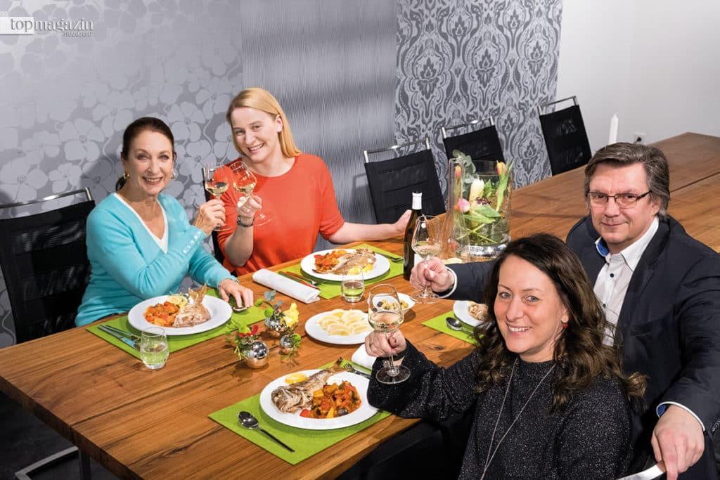 Auf ein gelungenes Menü! Daniela Ziegler, Top Magazin-Redakteurin Annika John und Sabine und Gerhard Grohs (Küchen Atelier Grohs)