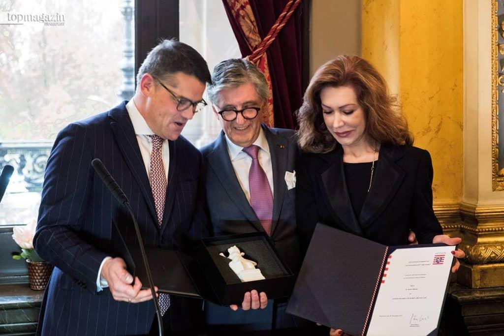 Boris Rhein, Hessens Minister für Wissenschaft und Kunst, verleiht Dr. Nader Maleki die 'Ehrenurkunde für Kunst und Kultur'