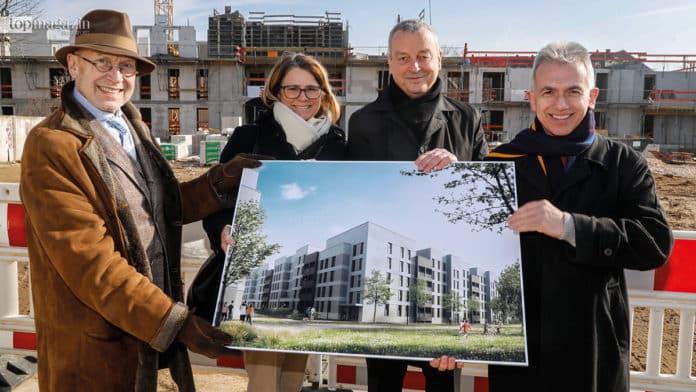 Die Architekten Jo. Franzke und Heike Klotz, ABG-Geschäftsführer Frank Junker und Oberbürgermeister Peter Feldmann präsentierten das künftige Gebäude.