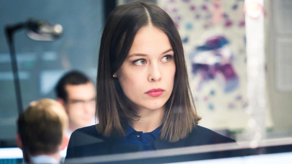 Die Schauspielerin Paula Beer in ihrer Rolle als Jana Liekam in der ZDF-Serie Bad Banks (Foto Sammy Hart)