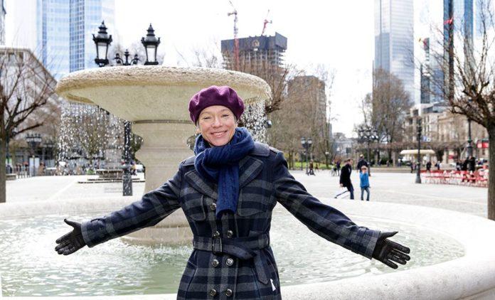 Ina Hartwig eröffnet die Brunnensaison am Alten Schalenbrunnen auf dem Opernplatz (Foto Stefanie Kösling)