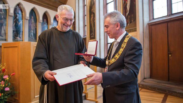 Peter Feldmann überreicht Bruder Paulus die Ehrenplakette der Stadt Frankfurt (Foto Salome Roessler)
