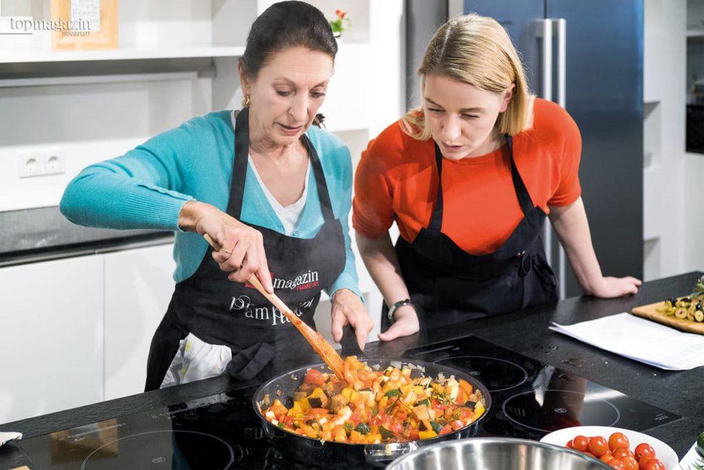 Schauspielerin Daniela Ziegler und Top Magazin-Redakteurin Annika John bereiten das Ratatouille zu.