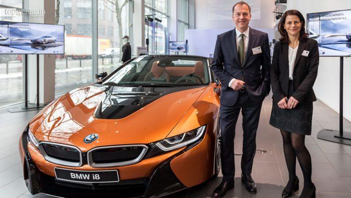 Uwe Holzer, Leiter des BMW-Niederlassungsverbund Mitte, mit BMW-Konzernsprecherin Micaela Sandstede