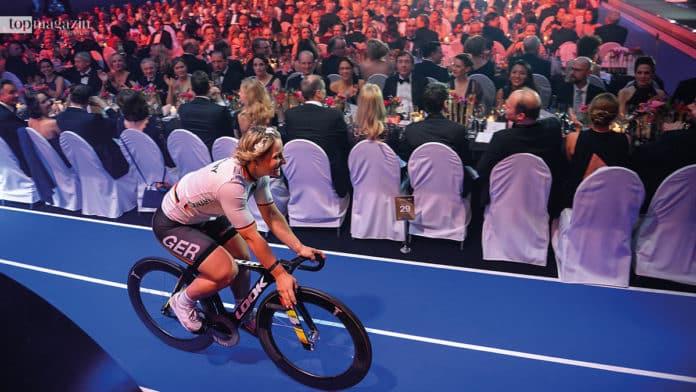 Bahnrad-Olympiasiegerin Kristina Vogel macht das RheinMain CongressCenter zu ihrer Rennbahn.
