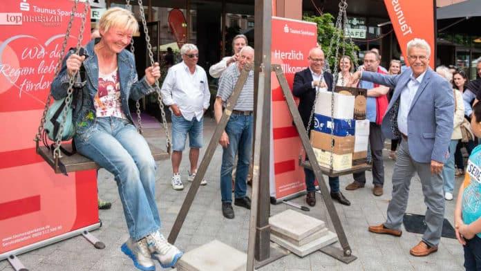 Frau Wels, Gewinnerin des traditionellen Wein-Aufwiegens, Eberhard Schmidt-Gronenberg (Modehaus Hallbach, Aktionsgemeinschaft Bad Homburg), Peter Löw (Willy A. Löw AG, Aktionsgemeinschaft Bad Homburg)