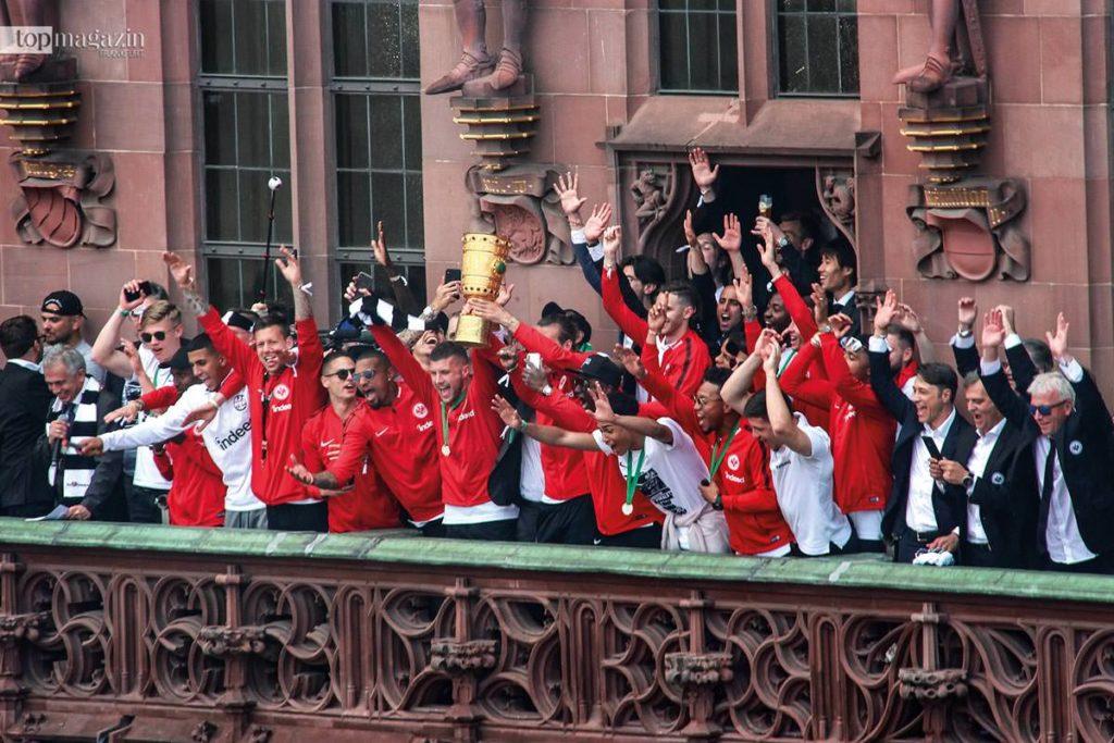 Die Pokal-Helden der Eintracht feiern ihren Triumph auf dem Römerbalkon. (Foto Stefan Maurer)