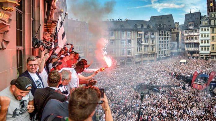 Spieler, Vorstand und Fans feiern den Pokalsieg auf dem Römer