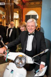 Ab auf die Vespa - Der Hessische Ministerpräsident Volker Bouffier mit Ehefrau Ursula