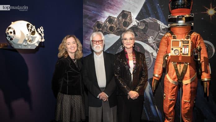Die Direktorin des Deutschen Filminstituts und Filmmuseums Ellen Harrington mit Kubricks ehemaligem Produzenten Jan Harlan sowie Kubricks Tochter Katharina Kubrick.