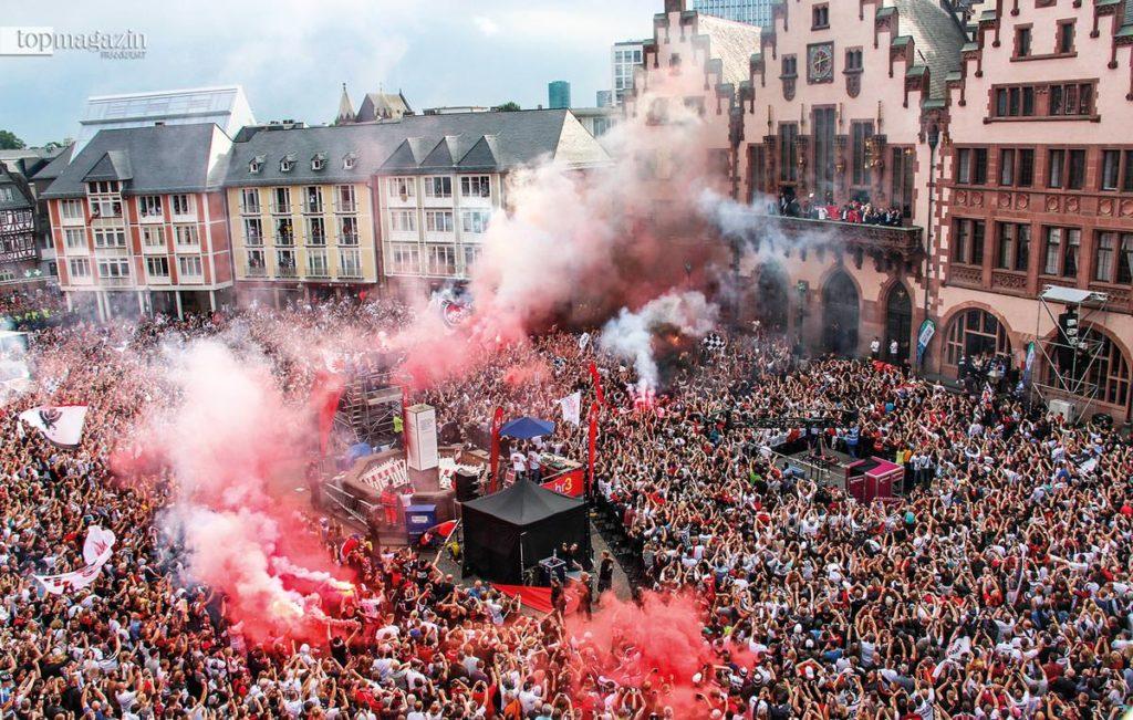 Fast 20.000 Fans hatten sich auf dem Römerberg versammelt, um den Pokal-Triumph zu feiern.