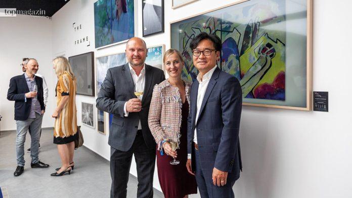 Samsung Deputy-Präsident Martin Börner, Sandra Christmann (Kunstsammlung NRW) und Samsung Deutschland-Präsident Simon Sung vor dem neuen Samsung Frame-TV