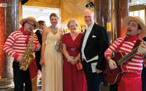 Umrahmt vom italienischen Duo Vociblu - VDP-Ehrenpräsident Michael Prinz zu Salm-Salm mit Gattin Philippa und Theresia Olkus