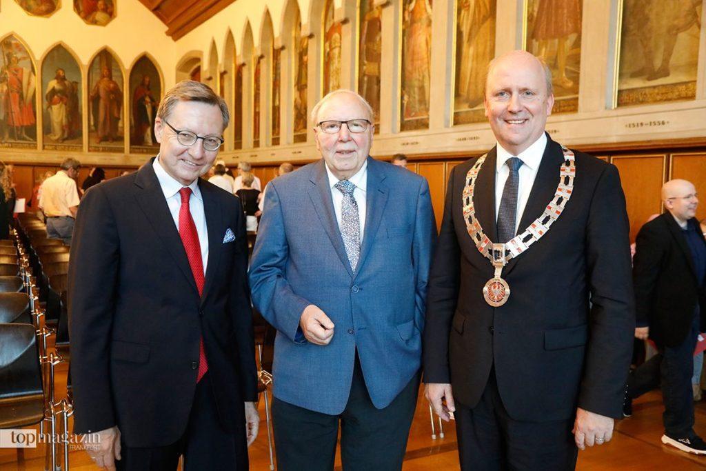 Alfons Gerling (mi) bei der Verleihung des Frankfurter Bürgerpreises mit Robert Restani (li) und Bürgermeister Uwe Becker (re). (Foto Reuss)